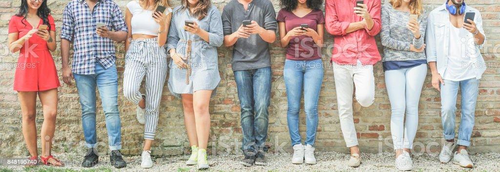 Vielfältige Kultur Menschen mit mobilen Smartphone outdoor - Happy Friends Spaß mit Technologie-Trends - Jugend, neue Generation sucht und Freundschaft Konzept - Warm filter – Foto