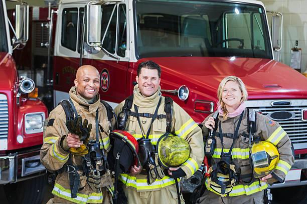 groupe diversifié de feu des combattants à la station - pompier photos et images de collection