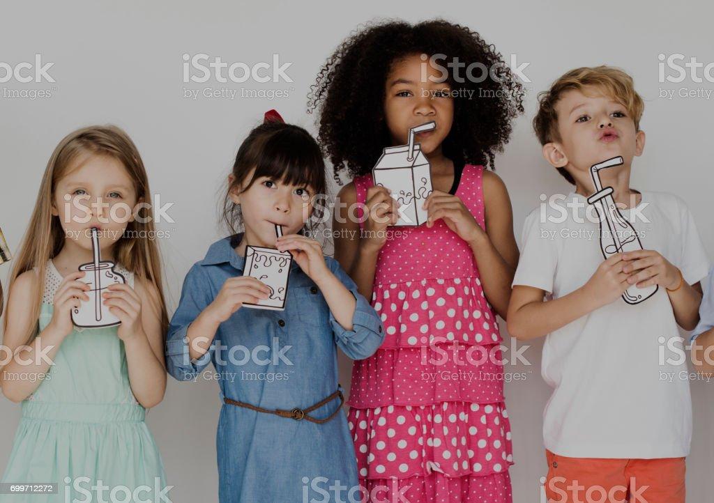 Grupo diverso de niños en un retrato de la fila - foto de stock