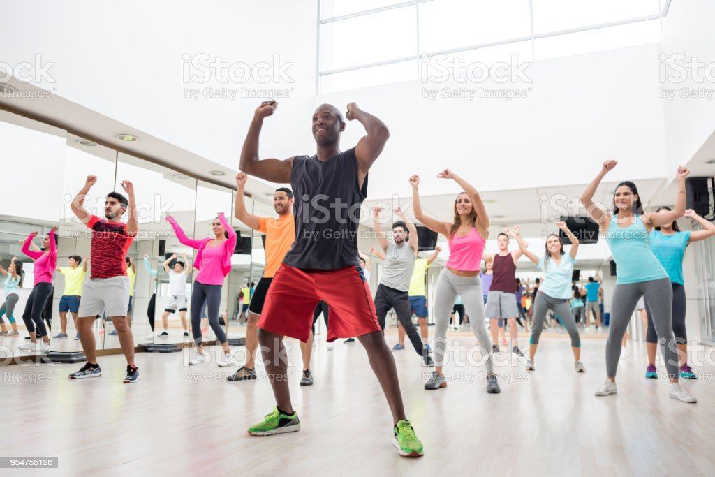 Diverse group of people at a rumba lesson in the gym - foto stock