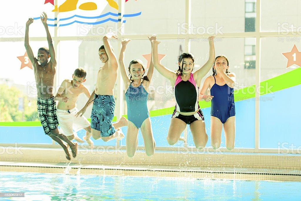Vielfältige Gruppe von Schwimmern am pool – Foto