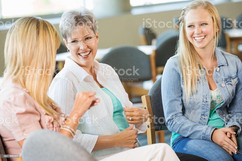 多様なグループでのお集まり、女性説明する ストックフォト