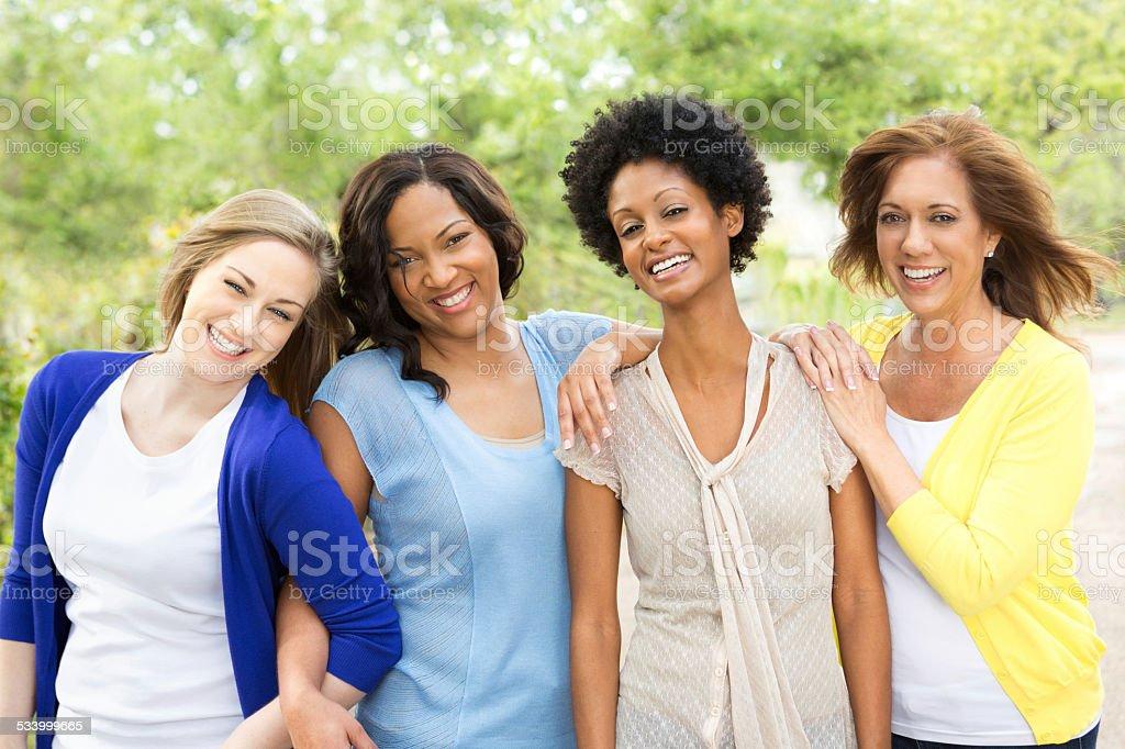 Diverso grupo de mujeres - foto de stock