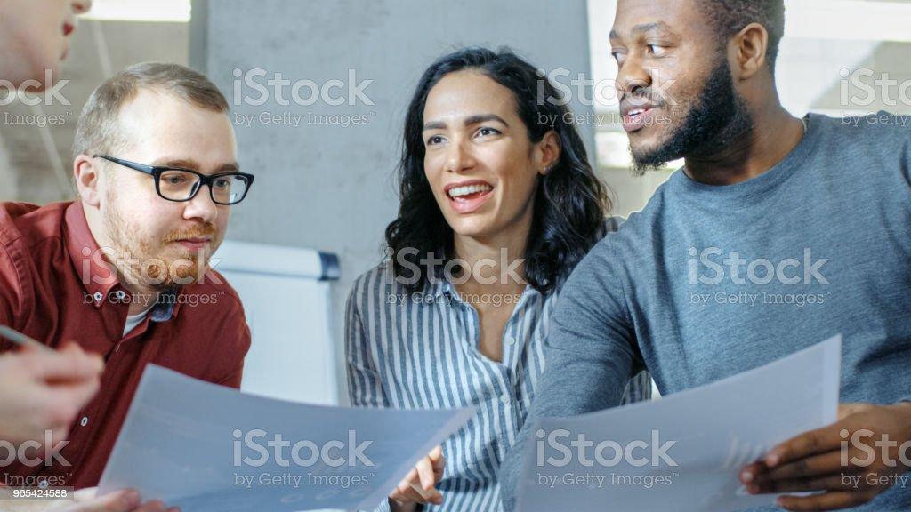 젊은 전문가의 다양 한 그룹 회의 테이블을 둘러싸고 고 집단적으로 문제를 해결 하려고 합니다. - 로열티 프리 개념 스톡 사진