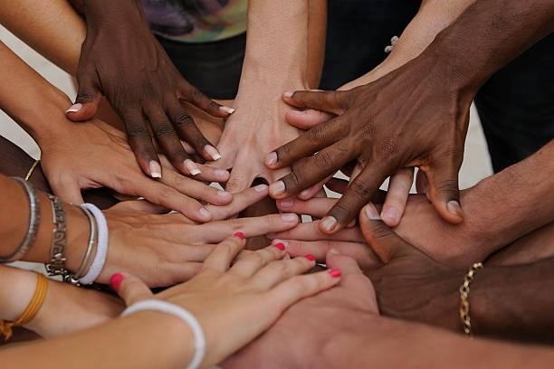 Diversas human hands showing la unidad - foto de stock
