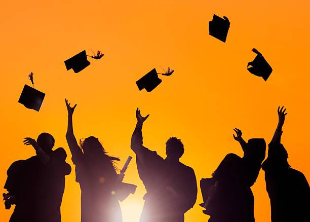abwechslungsreiche internationale studenten anlässlich abschlussfeier - vorschuldekorationen stock-fotos und bilder