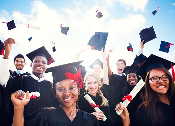diverso de estudiantes celebrando graduación internacional - graduación fotografías e imágenes de stock