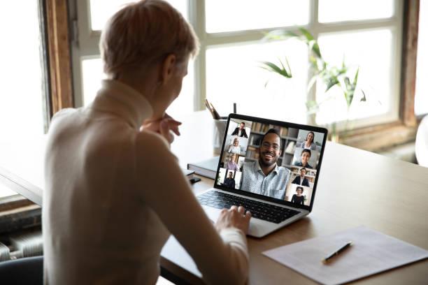 Vielfältige Personen, die bei der Online-Gruppenbesprechungsbildschirmansicht engagiert wurden – Foto