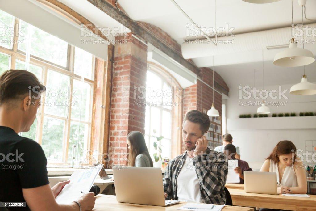 Unterschiedlichste Menschen konzentrierte sich auf Arbeit in modernen Loft Co-working-space – Foto