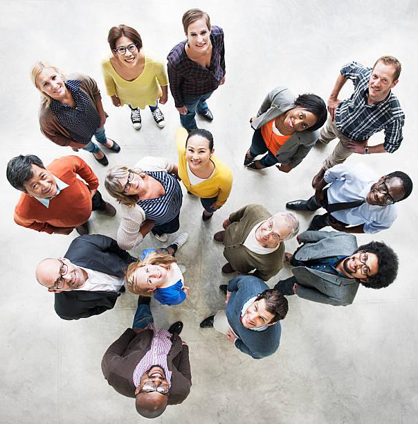 plusieurs personnes l'amitié ensemble de bonheur vue aérienne con - groupe organisé photos et images de collection