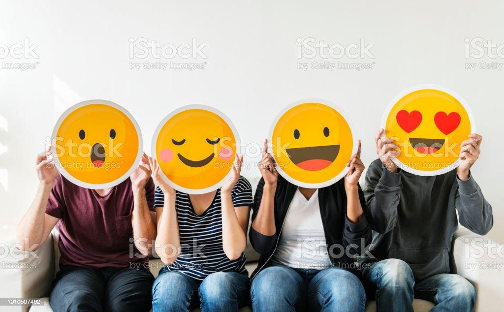 Unterschiedlichste Menschen halten emoticon - Lizenzfrei Afro-amerikanischer Herkunft Stock-Foto