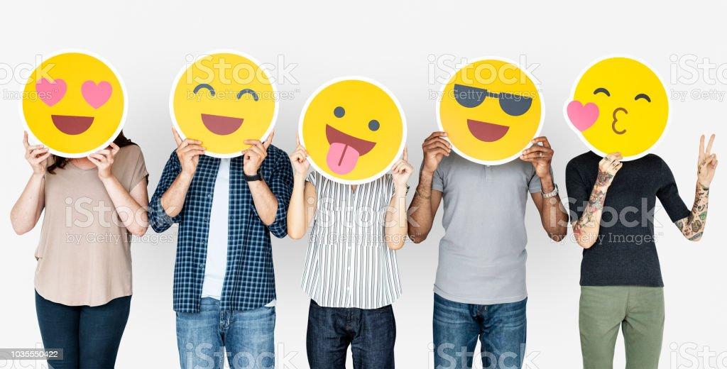 Unterschiedlichste Menschen halten glücklich emoticons – Foto