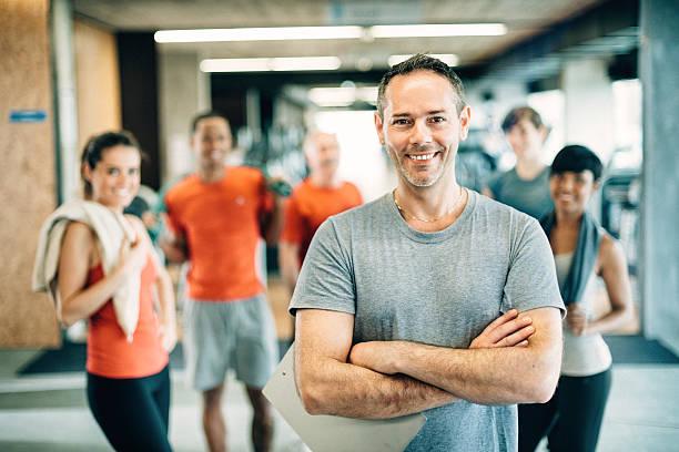 Diversas pessoas na academia de ginástica - foto de acervo