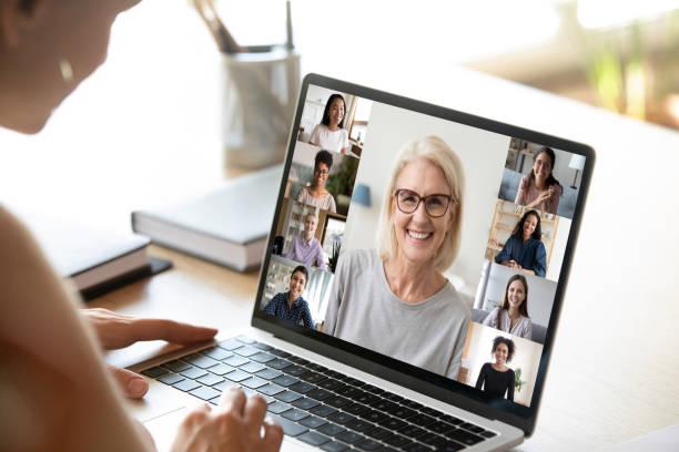 Diverse Frau in Gruppenvideoanruf beteiligt, Laptop-Bildschirmansicht – Foto