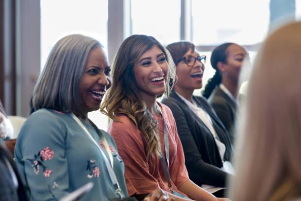 Vielfältige Frauen lachen gerne während der Expo-Session – Foto