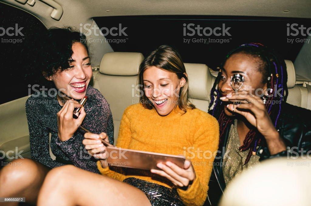 Diversas mulheres em um banco de trás de um táxi - foto de acervo