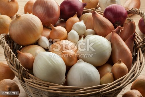 Diversity of fresh raw onions in a basket