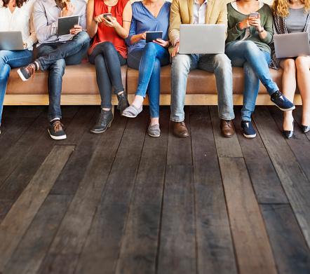 La Diversidad De Personas De Conexión De Dispositivos Digitales Concepto De Exploración Foto de stock y más banco de imágenes de A la moda