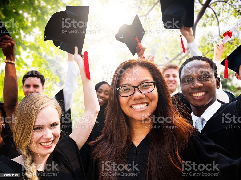 La diversidad de estudiantes graduación celebración del concepto de éxito - foto de stock