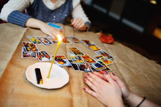 Divination by the Tarot cards. The fortune teller predicts the f Divination by the Tarot cards. The fortune teller predicts the fate of the cards romani people stock pictures, royalty-free photos & images