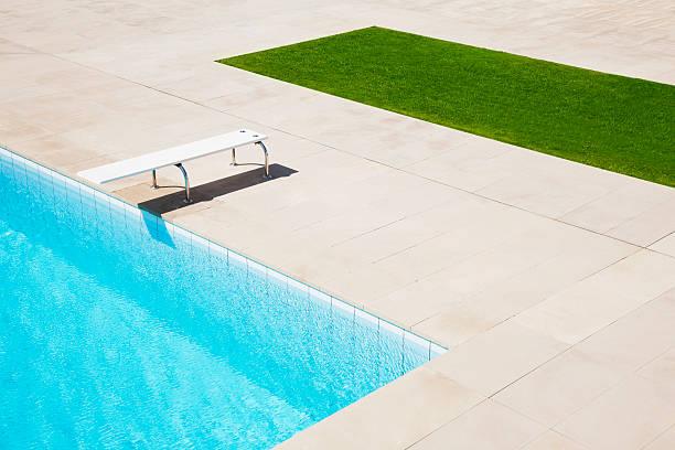 trampolín a la piscina - trampolín artículos deportivos fotografías e imágenes de stock