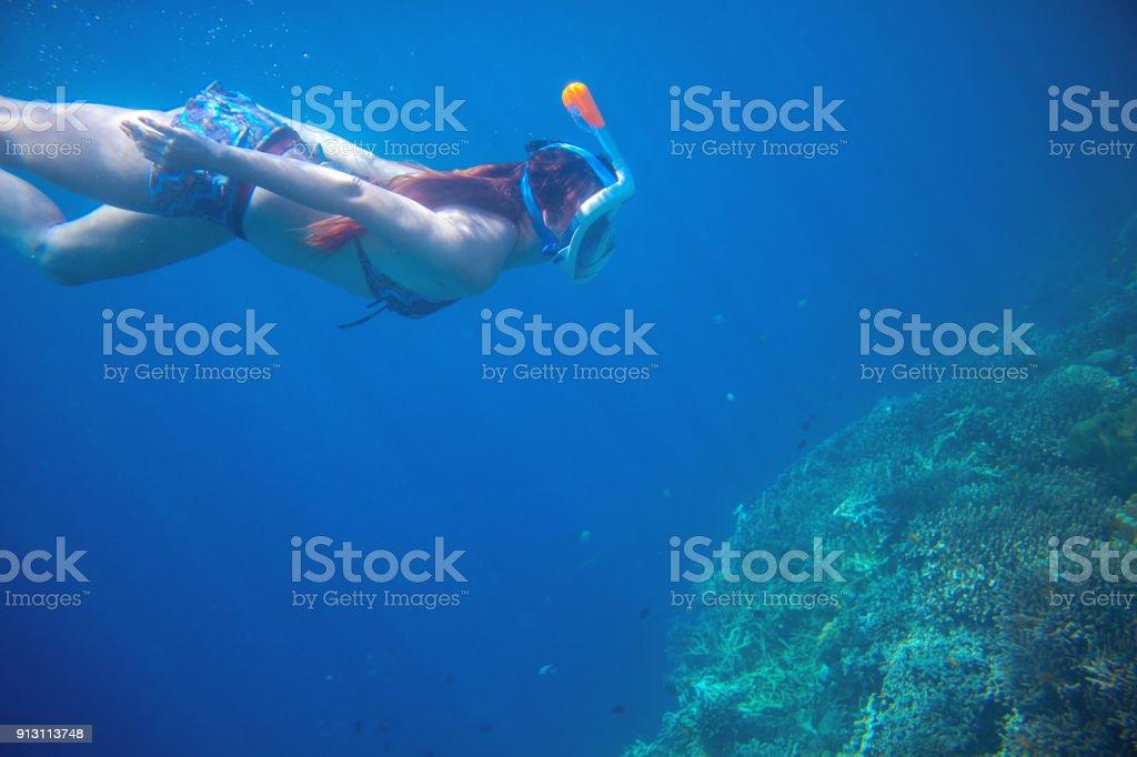 3f000646d Menina mergulho subaquático com recifes de corais. Snorkel em máscara facial.  foto royalty-