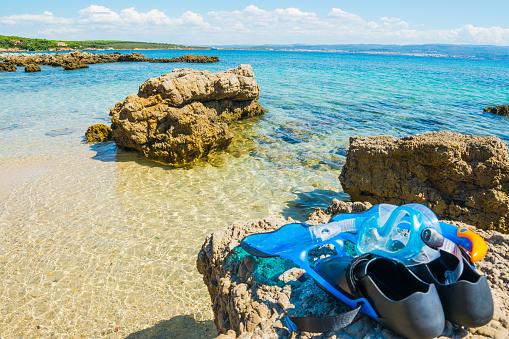 Duikbril Flippers En Snorkelen Op Een Rots Stockfoto en meer beelden van Blauw
