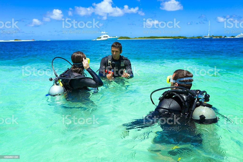 Treinamento de mergulho em uma ilha tropical de azul turquesa - foto de acervo
