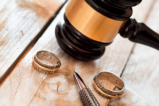 Divorce concept. Close up of wedding rings and judge gavel – Foto