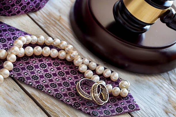 Divorce law concept. Judge gavel, rings, tie and pearl necklace – Foto