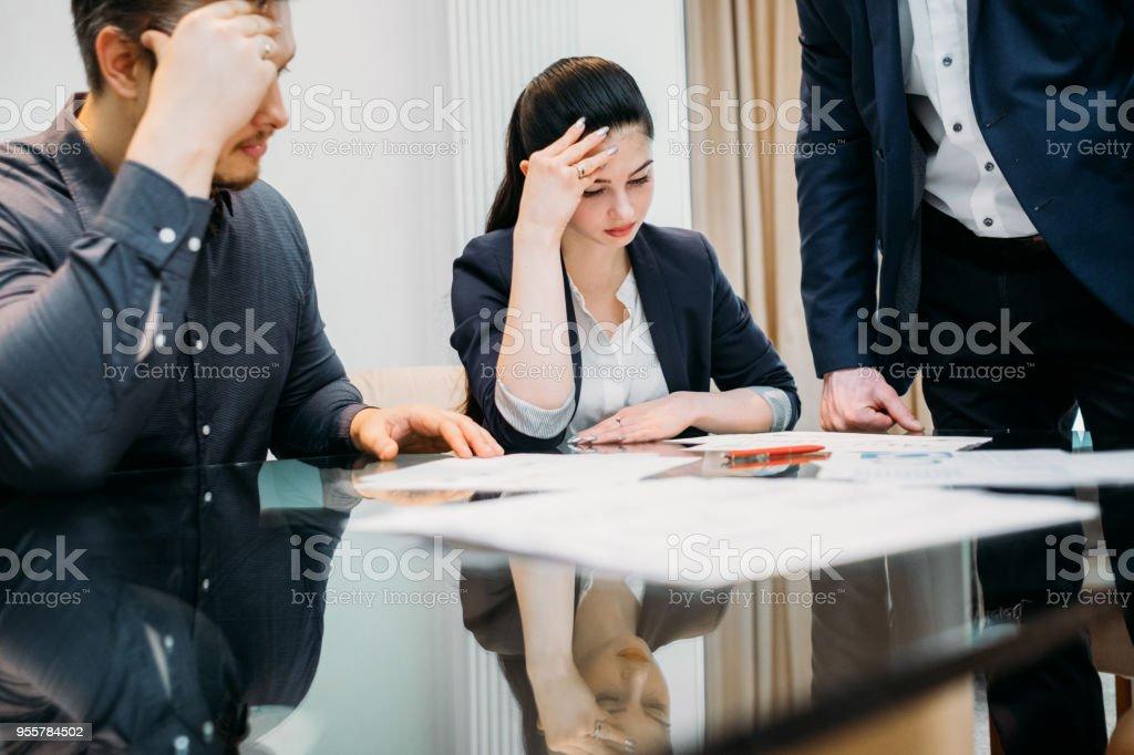 abogado de la familia de la presentación del documento de problema legal de la divorcio - foto de stock
