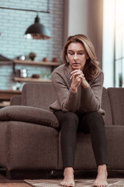Geschiedene Frau fühlt sich einsam und traurig allein nach Hause – Foto