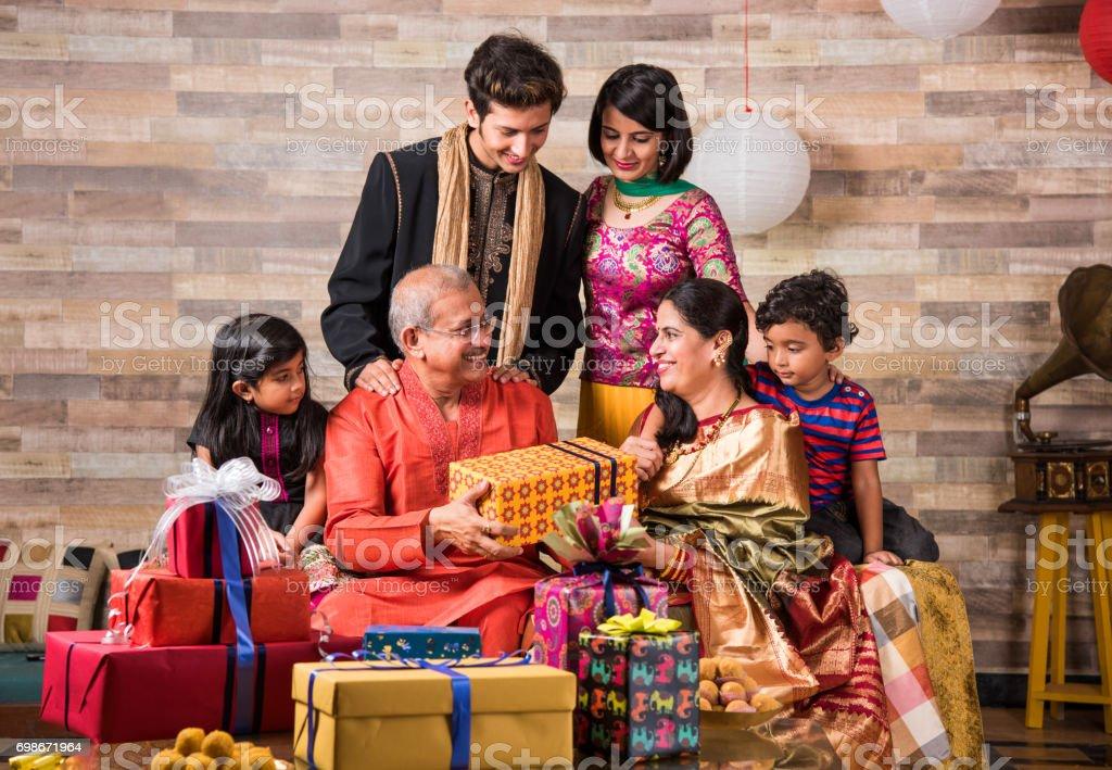 Diwali e família indiana no sofá, apreciando presentes - foto de acervo