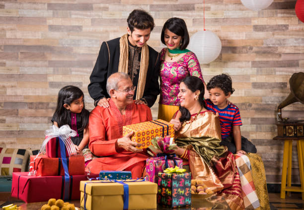 Diwali und indischen Familie auf Sofa genießen Geschenke – Foto