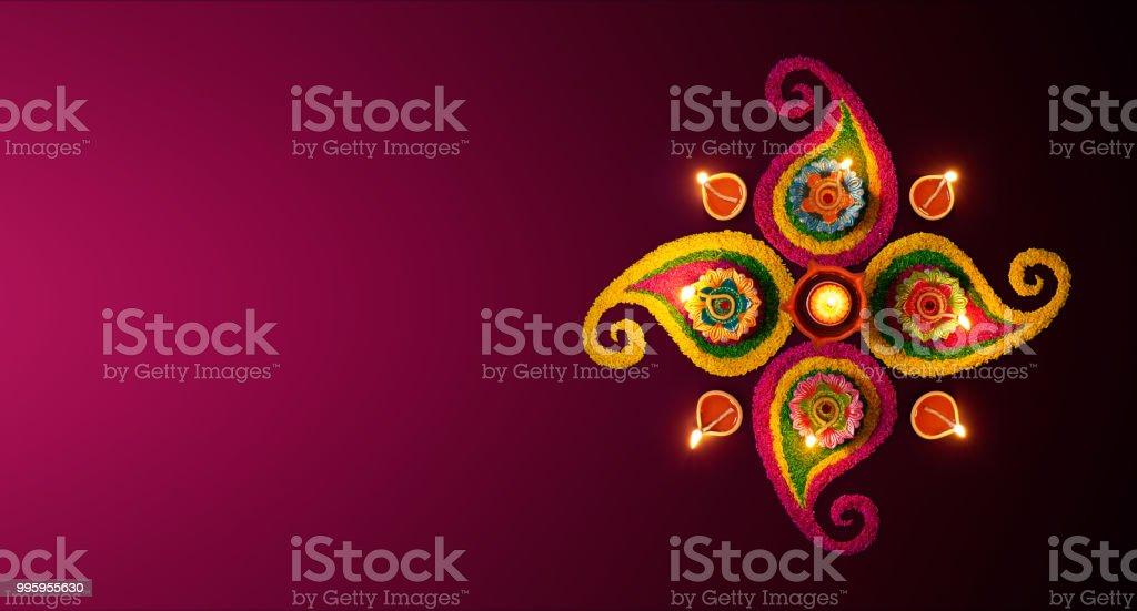 Celebration de Diwali - lâmpadas de óleo de hortelã acesas rangoli colorido - foto de acervo