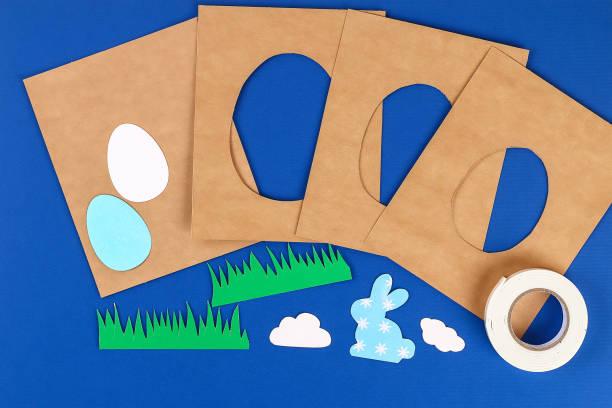 diy osterkarten aus papier. volume grußkarten mit einem hasen, ei auf blauem hintergrund. 3d. - do it yourself invitations stock-fotos und bilder