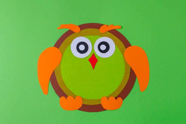 diy-eule mit papier, braun gelb und orange farbe auf grün - diy eule stock-fotos und bilder