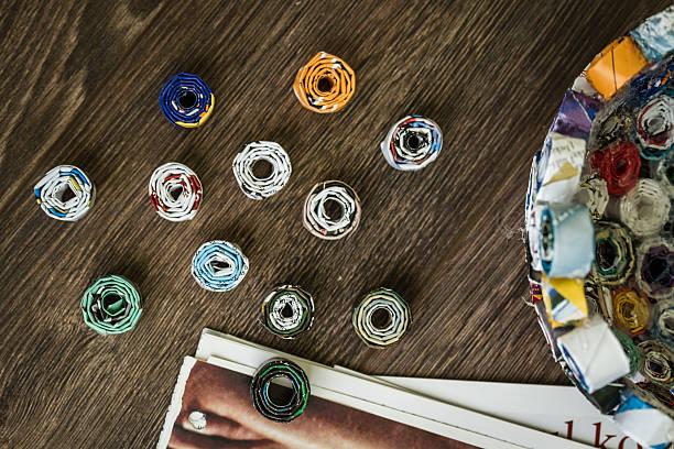 do it yourself-projekt von abfällen magazine - basteln mit zeitungspapier stock-fotos und bilder