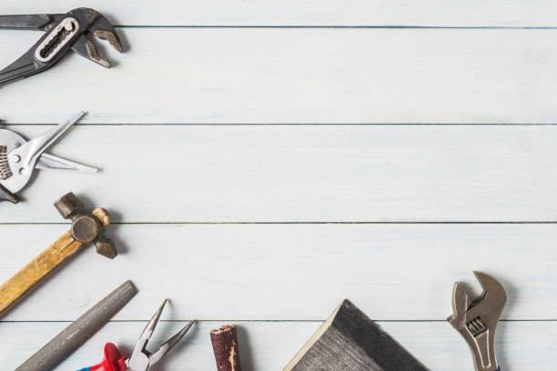 diy-tools auf hölzernen hintergrund mit textfreiraum. - diy ordner stock-fotos und bilder