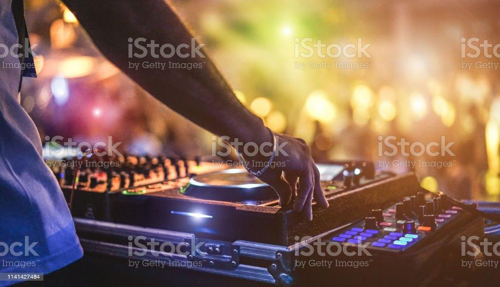 DJ mengen outdoor op Beach Party festival met menigte van mensen in de achtergrond-zomernacht leven uitzicht op Disco Club buiten-soft focus op de hand-fun, jeugd, entertainment en Fest concept foto
