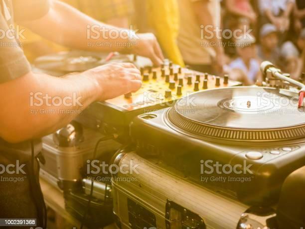 Dj play music summer party picture id1002391368?b=1&k=6&m=1002391368&s=612x612&h=ky07ap3q9g0juqukckjkandoumacac2pnqx3 dqlkqy=