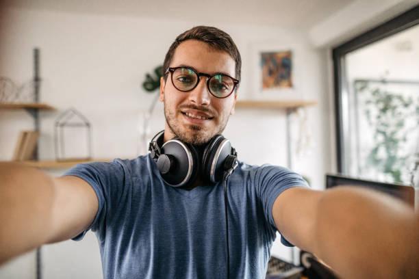 dj prenant le selfie au studio d'enregistrement à la maison - selfie photos et images de collection