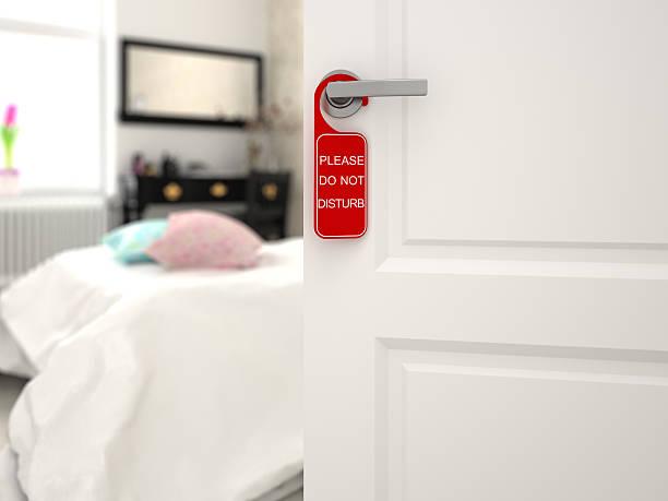 """schild """"bitte nicht stören'an der zimmertür - tafel schlafzimmer stock-fotos und bilder"""
