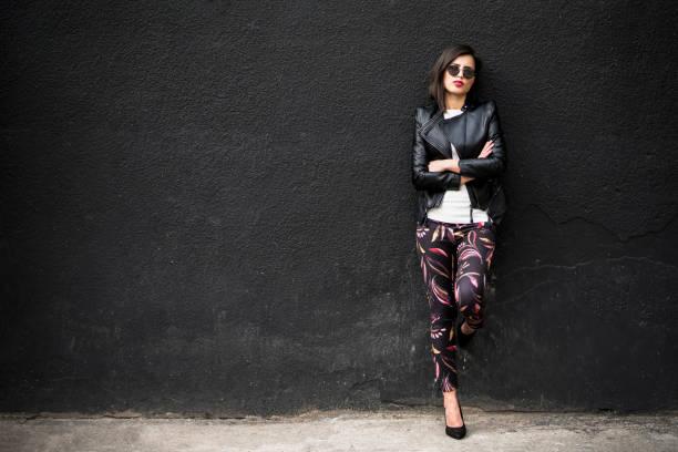 do not mess with this girl - leder leggings stock-fotos und bilder