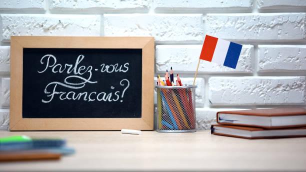parlez-vous français écrit à bord, drapeau de la france debout dans la boîte, langue - france photos et images de collection