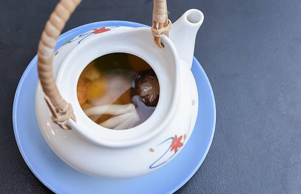 dobinmushi 、料理によって、湯気マッシュルーム、野菜 - 松茸 ストックフォトと画像