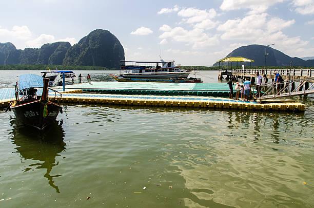 Muelle y flotante campo en Koh Panyee - foto de stock