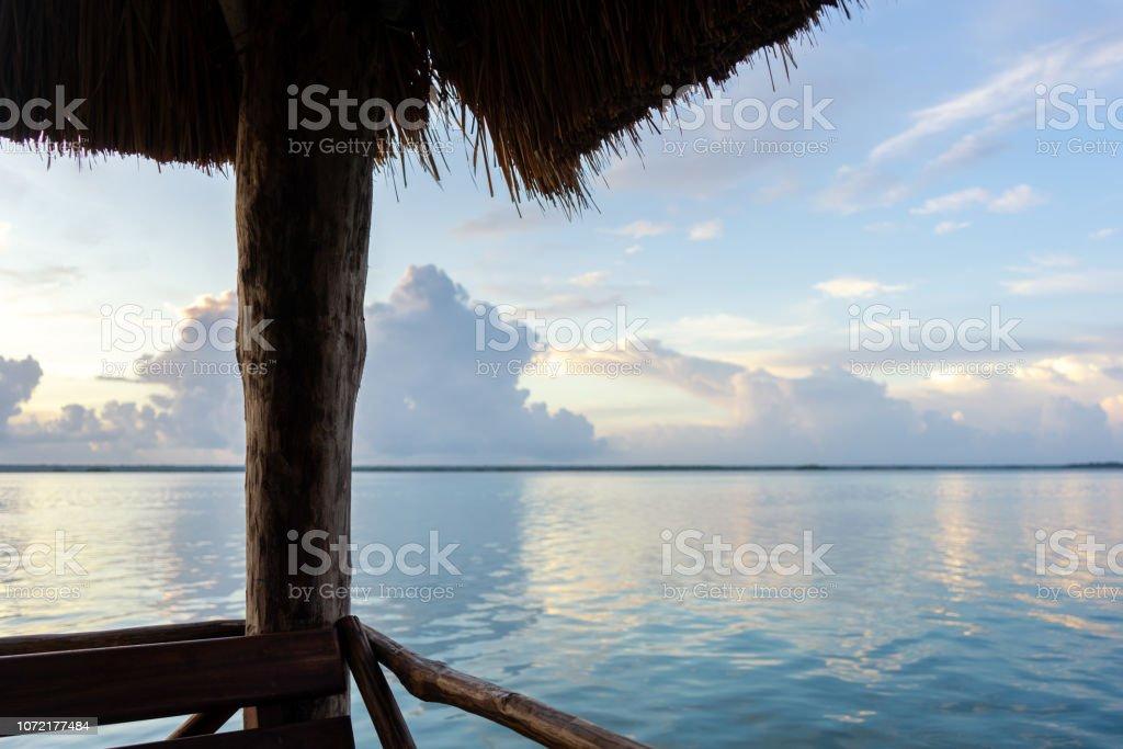 Muelle en la laguna - foto de stock