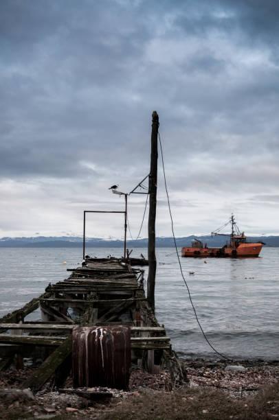 muelle viejo barco de pesca en el fondo - foto de stock