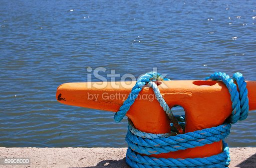 Ancoraggio Con Corda E Pilastri - Fotografie stock e altre immagini di Acqua